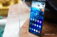 Samsung Galaxy S10 right profile